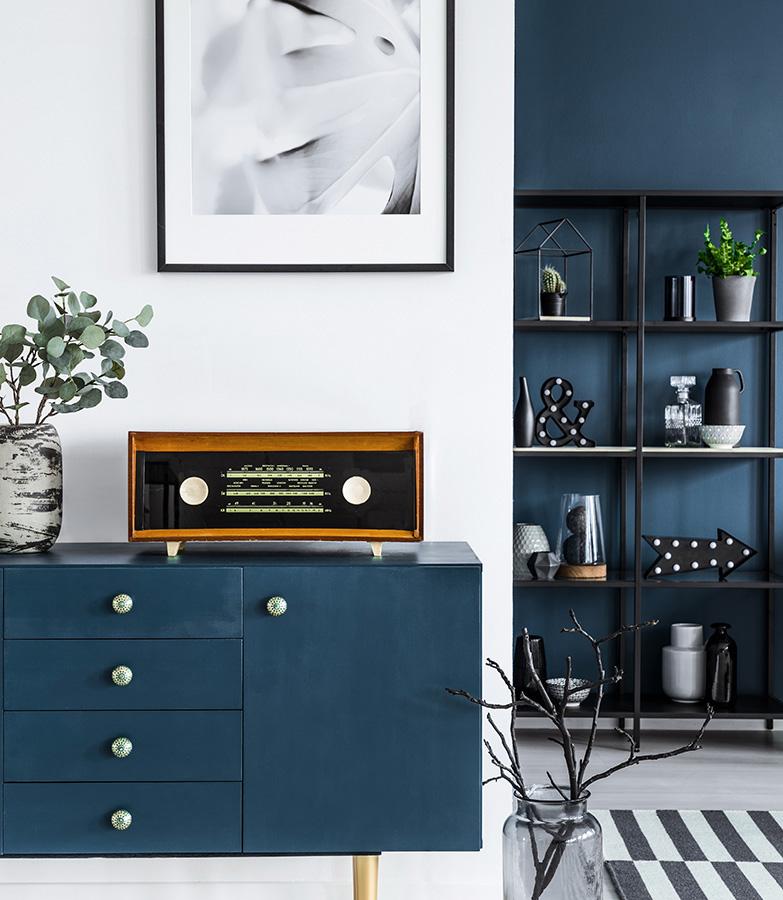 Donkerblauw-interieur-blauwe-muur-blauwe-woonkamer-blauwe bank-blauw-interieur-kleurrijk-interieur-kleur-in-huis-1