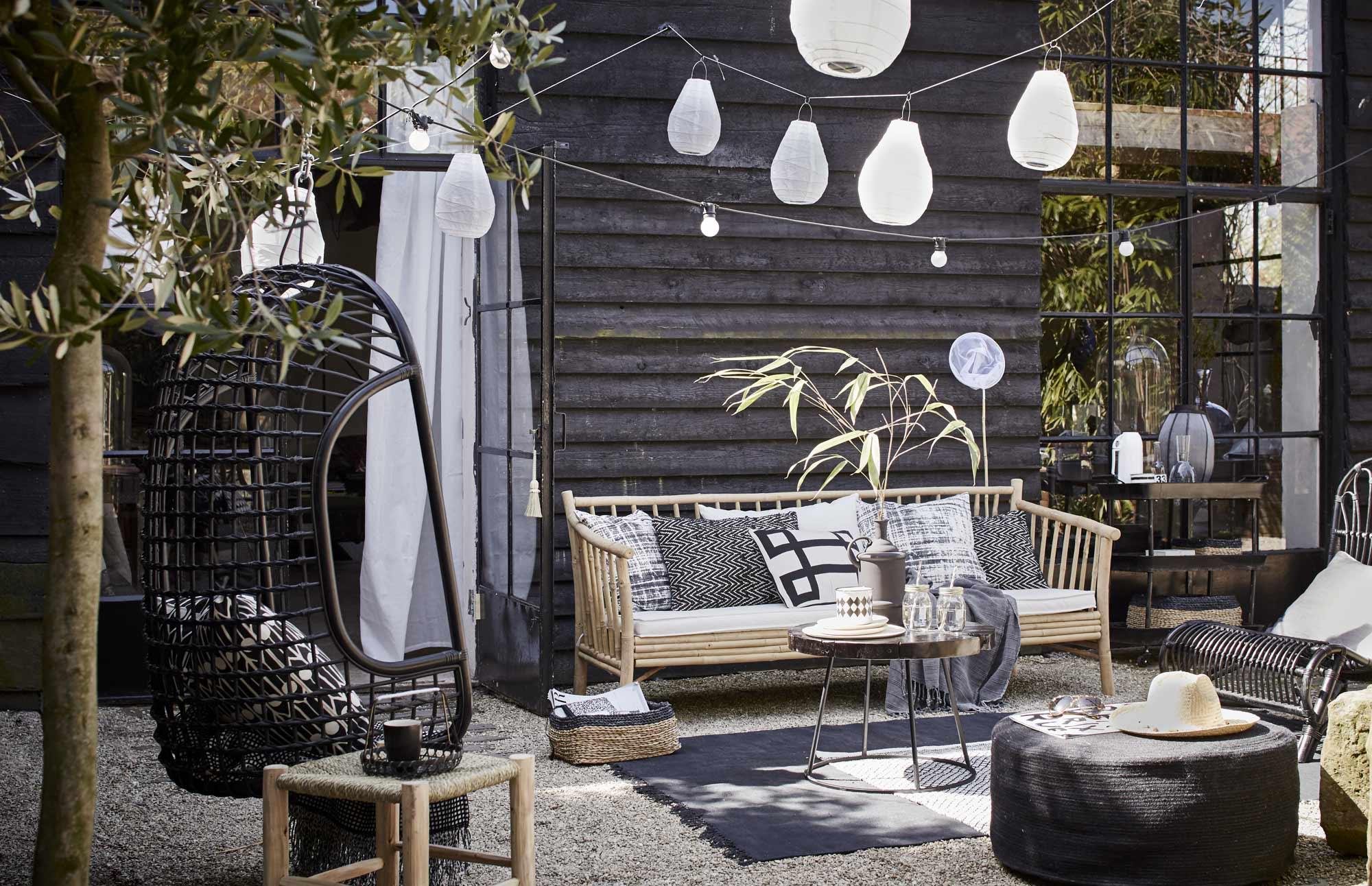 Industriele-tuin-tuininspiratie-zwarte-tuin-stoere-tuin-industrieel-interieur-moderne-tuin-botanische-tuin-loungen-relaxen-tuin-overkapping-1