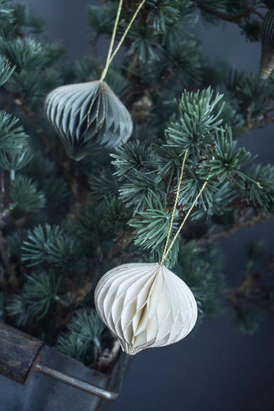 Papieren-kerstversiering-kerstdecoratie-papieren-kerstboom-papier-witte-kerstversiering-zwarte-kerstversiering-binnen-groene-kerstversiering-honeycombs-pompom