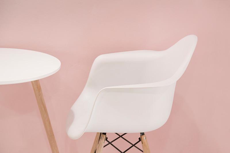 Roze-interieur-roze-woonkamer-roze-bank-roze-stoel-roze-muur-roze-woonaccessoires-roze-industrieel-interieur-roze-slaapkamer-1