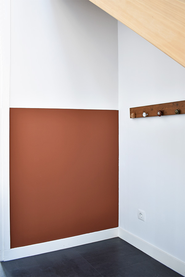 Hal-make-over-houten-trap-scandinavisch-interieur-industrieel-interieur-hal-decoreren-hal-stylen-stylingtips roestbruin terracotta