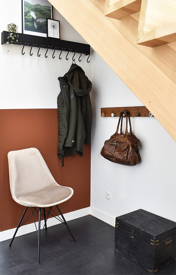 Hal-make-over-houten-trap-scandinavisch-interieur-industrieel-interieur-hal-decoreren-hal-stylen-stylingtips scandinavische kapstok