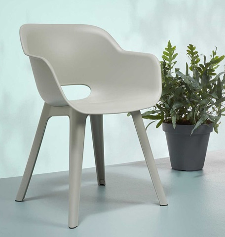 Tuinstoelen-buiten-terrasstoelen-kuipstoelen-buiten-stoer-terras-industriele-tuin-wooninspiratie-zwarte-kuipstoelen-grijze-kuipstoelen