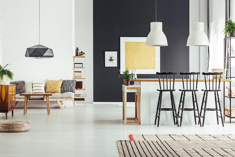 Kleuren-combineren-contrast-woonkamer-eetkamer-zwart-wit-geel-hout