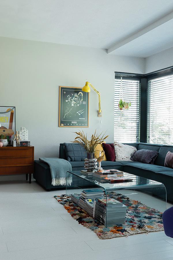 Interieurinspiratie-kleurrijk-wonen-vintage-interieur-cognac-interieur-okergeel-interieur-blauw-interieur-woonkamer-inspiratie-1