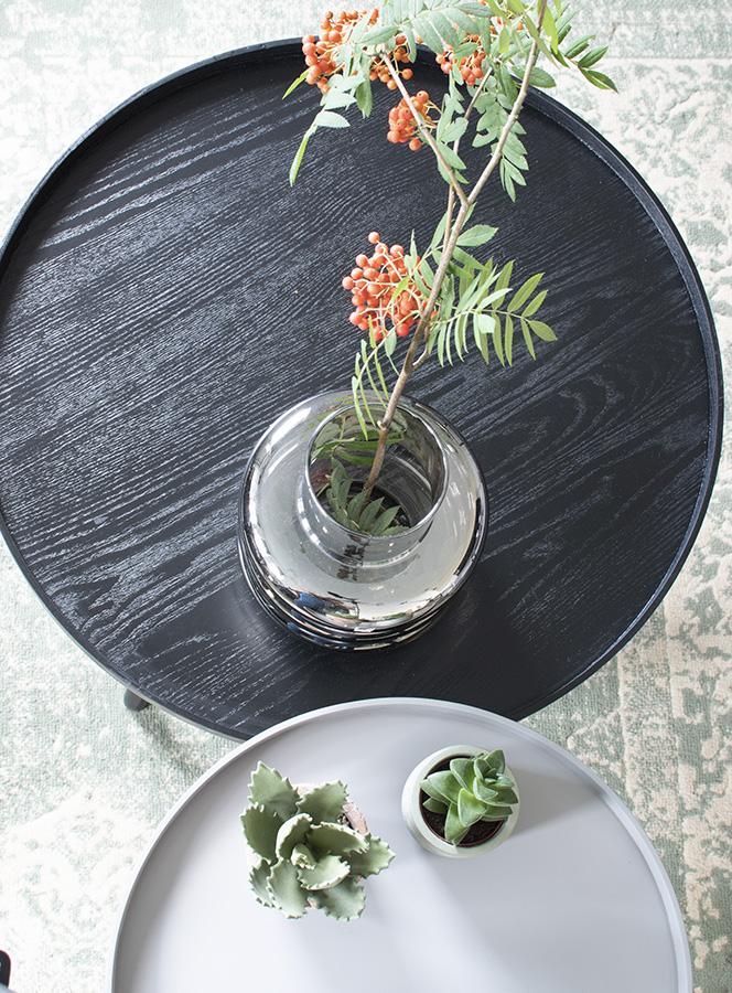 Woonkamer-ronde-salontafel-zwarte-salontafel-zwarte-decoratie-zwarte-bijzettafel-ronde-bijzettafel-interieurinspiratie-woood bijzettafel mesa