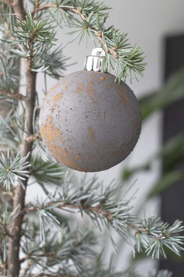 DIY-kerstballen-oude-kerstballen-roest-kerstballen-diy-kerstdecoratie-stoere-kerstballen-bruine-kerstballen-ouderwetse-kerstballen roest kerstballen roestige kerstdecoratie