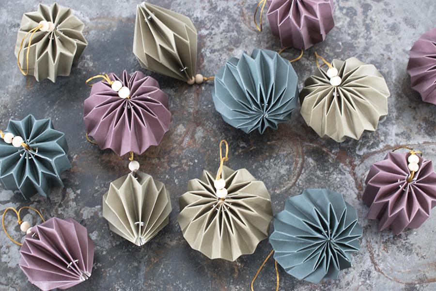 Papieren-kerstballen-dienblad honeycombs papieren kerstversiering papieren kerstdecoratie