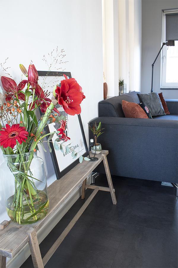 Bloemen-vaas-bankje-zwart-wit-poster boeket bloemen rode bloemen winterboeket