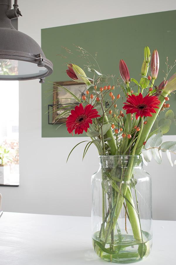 Bloemen-vaas-bankje-zwart-wit-poster boeket bloemen rode bloemen winterboeket vaas eettafel
