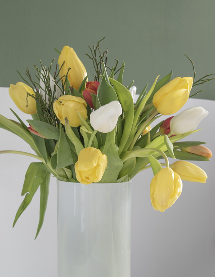 Bos-tulpen-in-vaas voorjaar in huis tulpen interieur lente interieur geel interieur