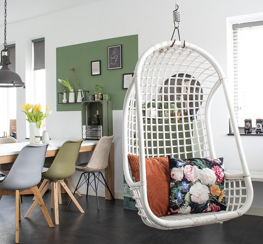 Hangstoel eetkamer groen in huis terracotta groen vlak muur