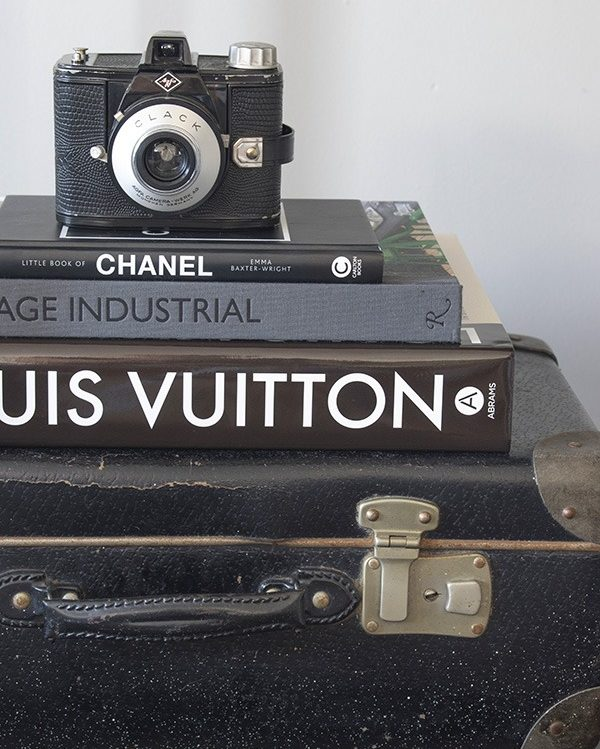 Vintage decoratie oude camera koffietafelboeken zwarte decoratie oude koffers woonblog