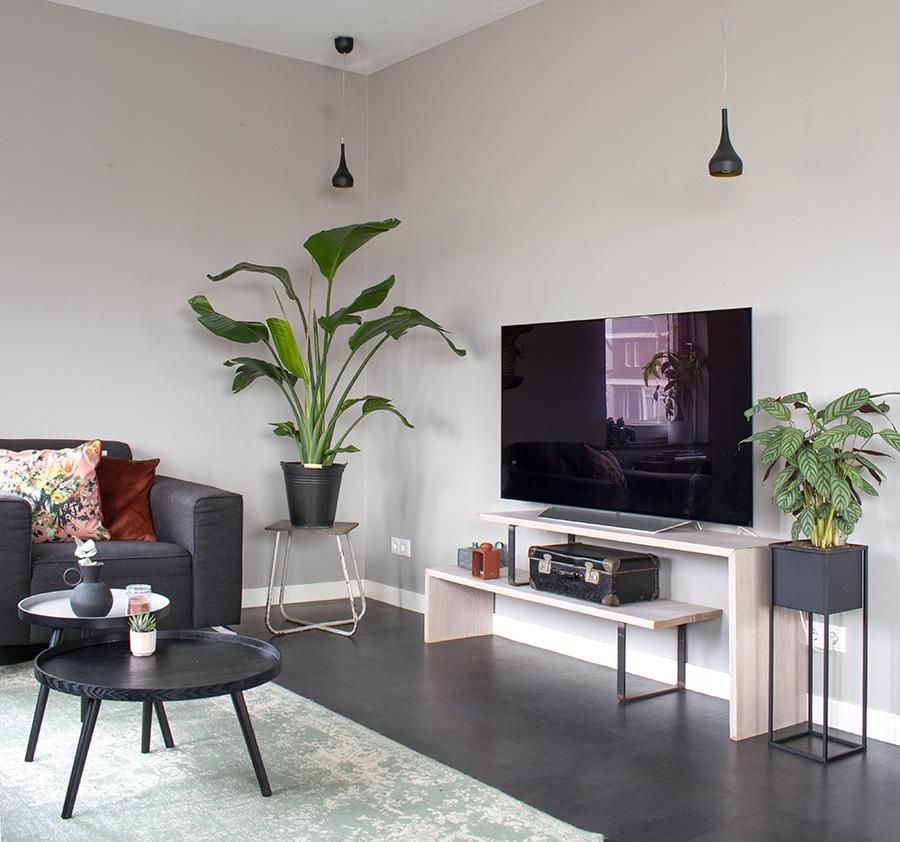 Taupe-muren-woonkamer taupe combineren woonkamer stylen groen in huis woonblog