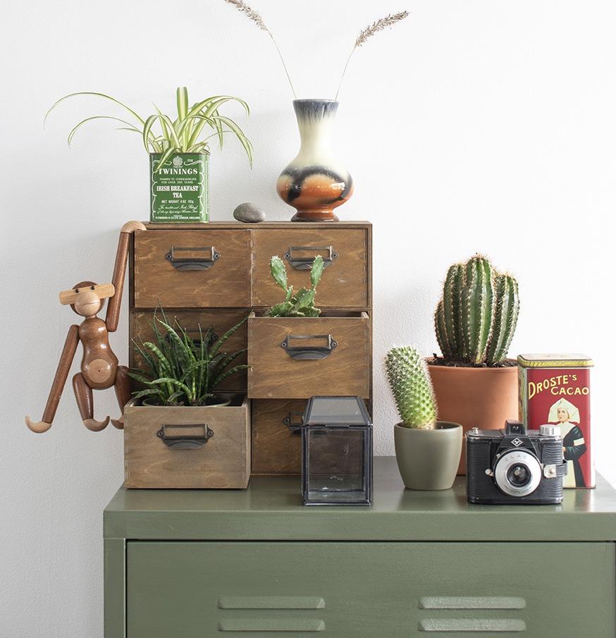 Vintage-retro-vaasje-ikea-hack-groene-locker-groen in huis eclectische woonstijl vintage decoratie